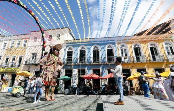 Una niña hace una foto ayer lunes, 24 de junio de 2019, en las calles de Pelourinho, donde el cantante estadounidense Michael Jackson hizo el video de la canción