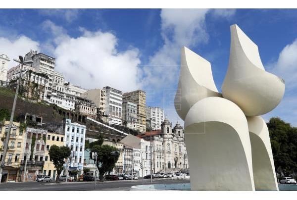 Vista de la escultura de Mario Cravo Junior,